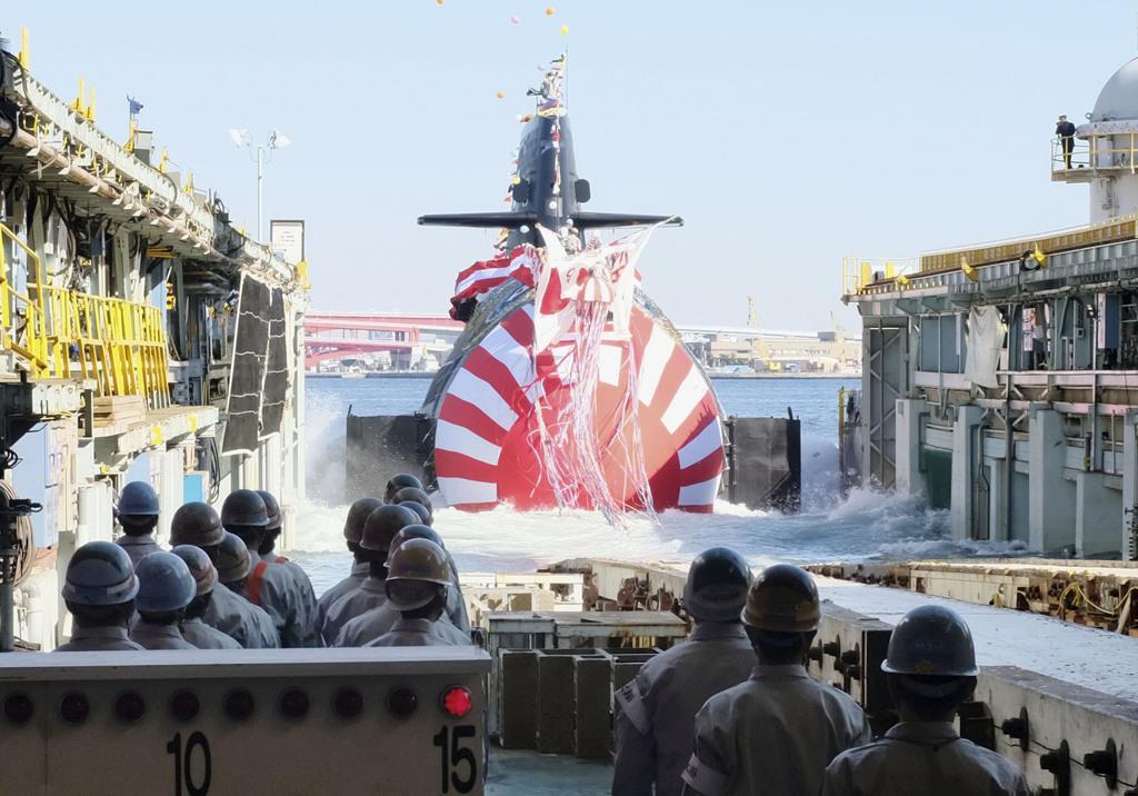 進水する海上自衛隊の最新鋭潜水艦「とうりゅう」=6日午後、神戸市中央区の川崎重工業神戸工場