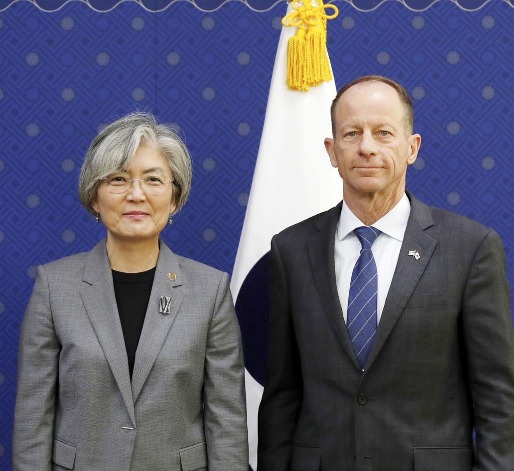 会談を前に写真に納まるスティルウェル米国務次官補(右)と韓国の康京和外相=6日、ソウル(共同)