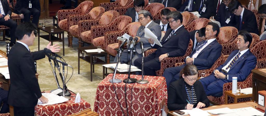 衆院予算委員会で質問する無所属の今井雅人氏(左)。右は安倍晋三首相ら=6日午後、国会・衆院第1委員室(春名中撮影)