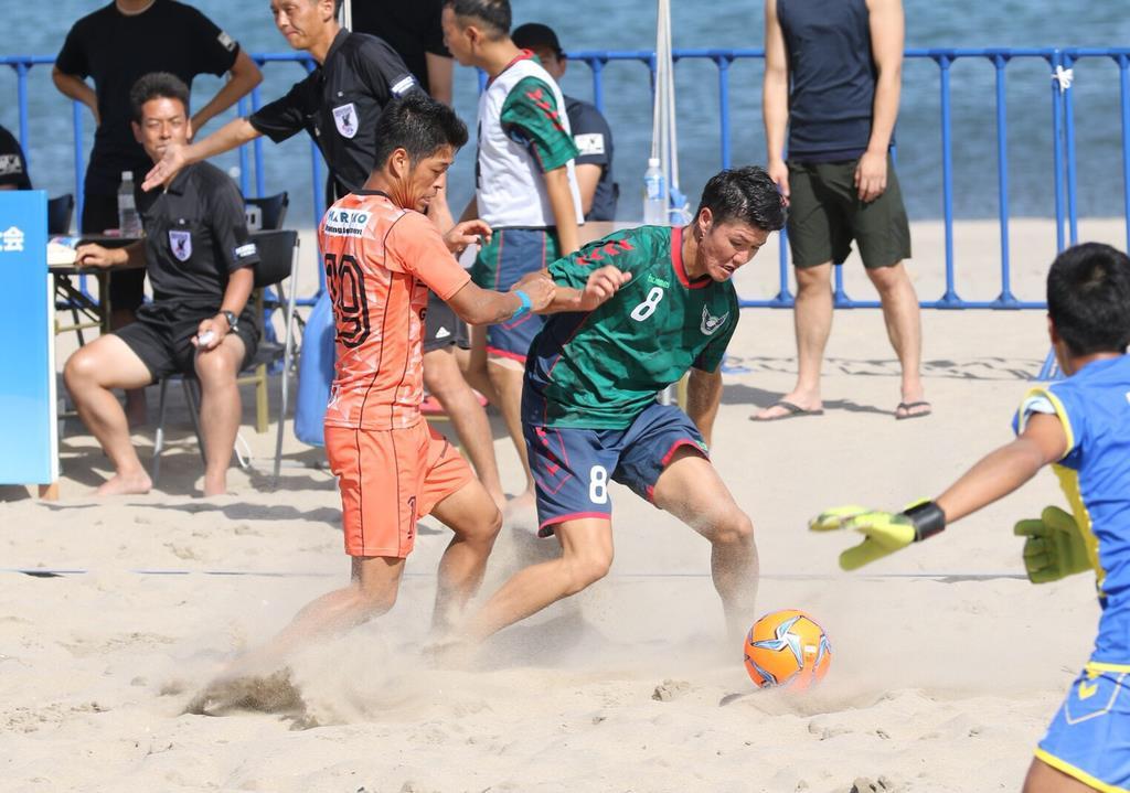 9月に鳥取市で開かれた「第14回全日本ビーチサッカー大会」(すなばスポーツ提供)