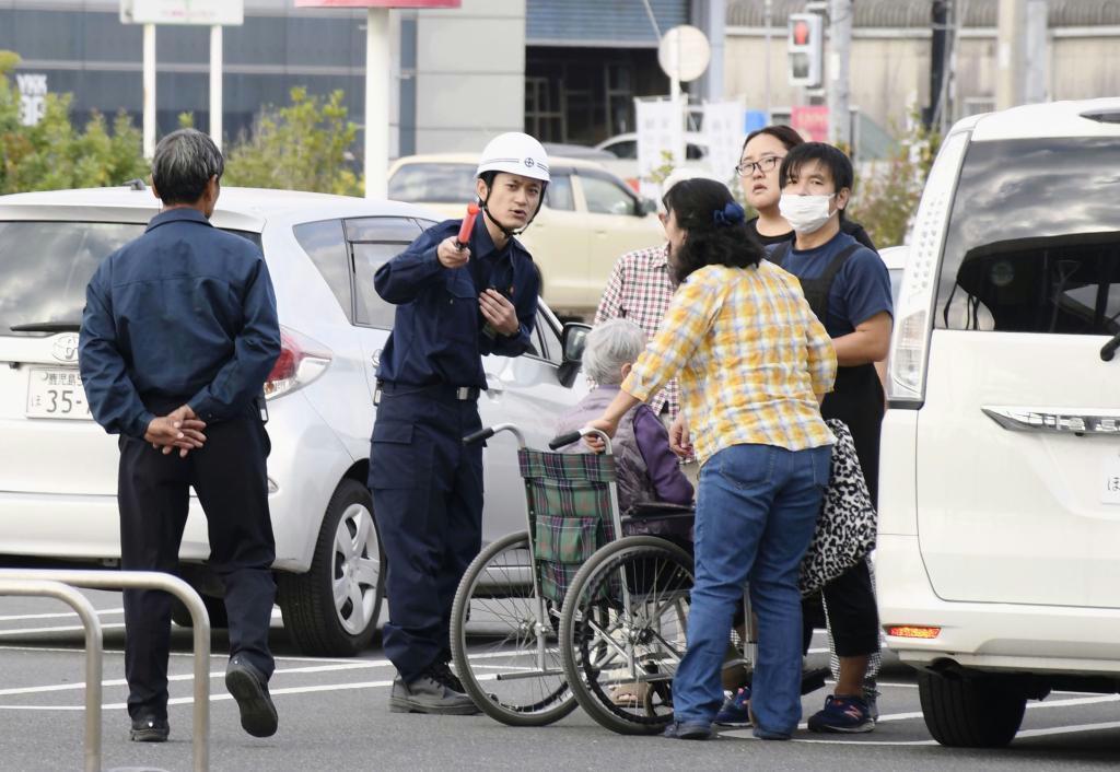 鹿児島市東開町で行われた避難訓練で、避難誘導を受ける車椅子の高齢者