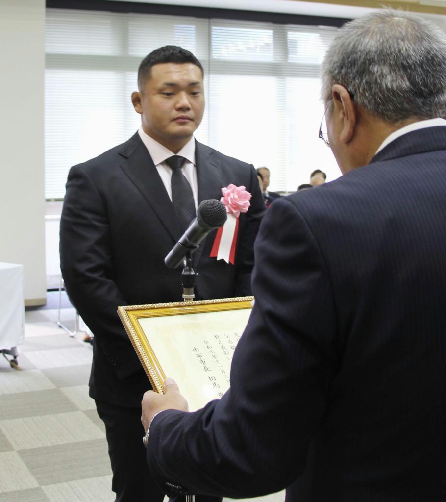 表彰を受けるラグビーW杯日本代表の木津悠輔選手(左)