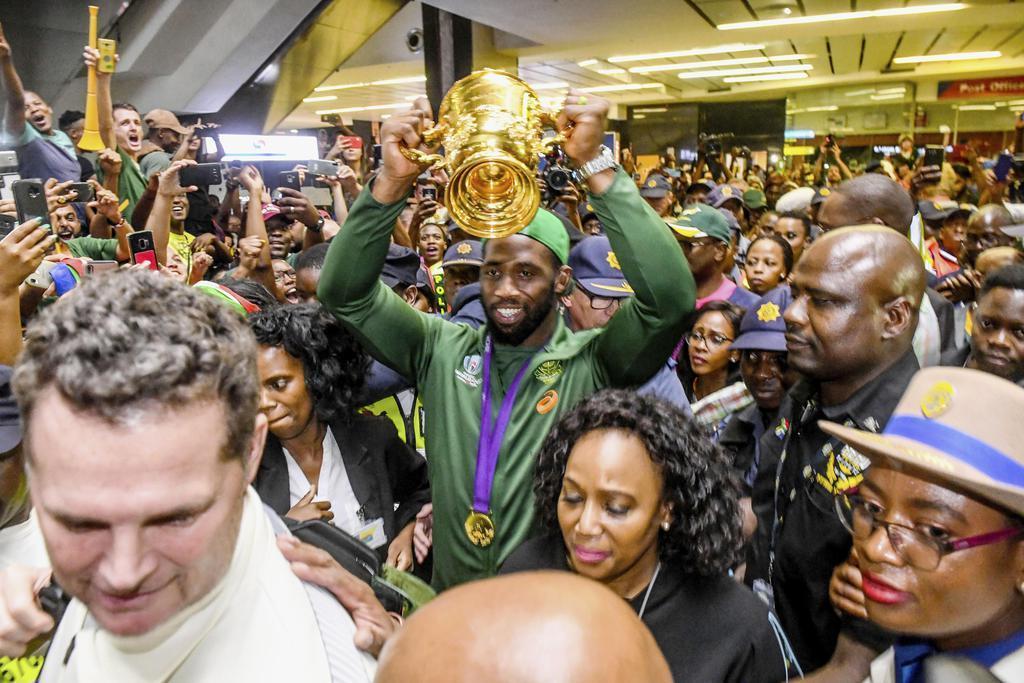帰国したラグビー南アフリカ代表の主将シヤ・コリシ(中央)=5日、ヨハネスブルク(ゲッティ=共同)