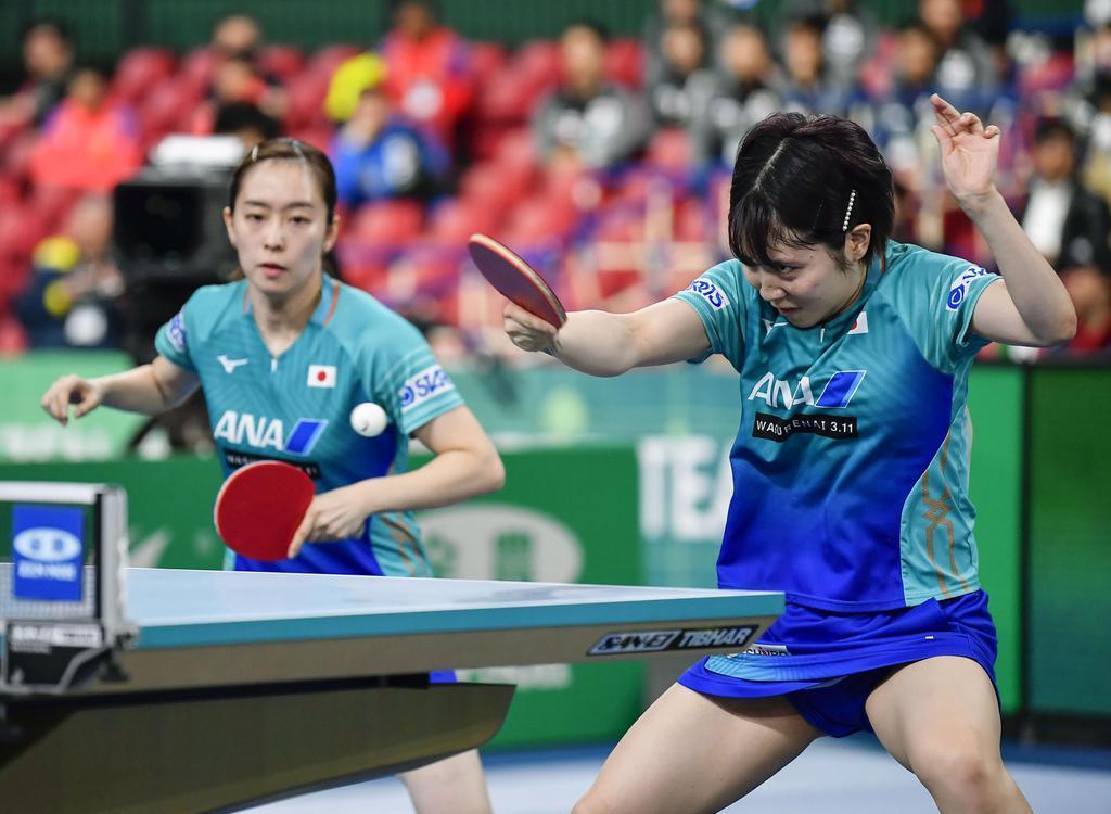 女子1次リーグ 米国戦の1戦目でプレーする石川(左)、平野組=東京体育館