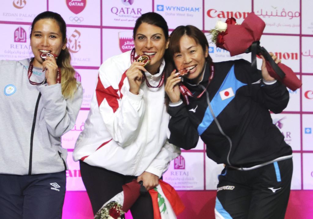 射撃のアジア選手権女子クレー・トラップで銅メダルを獲得し、ポーズをとる中山由起枝(右)ら=ドーハ(共同)