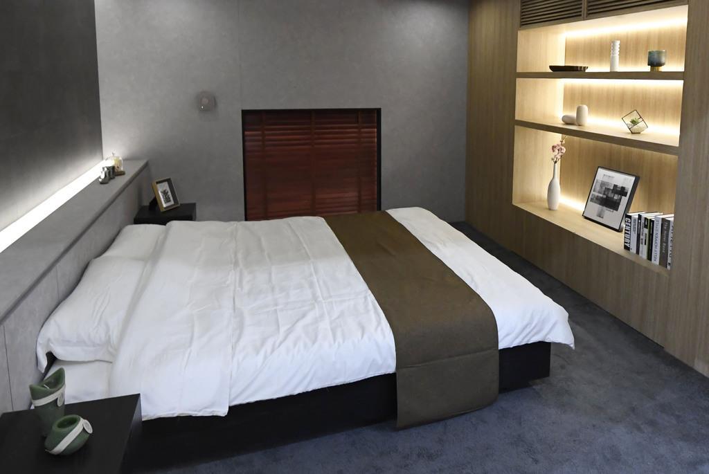 第2回中国国際輸入博覧会で展示された、パナソニックのAIが快適な睡眠を提供する寝室=5日、上海(共同)