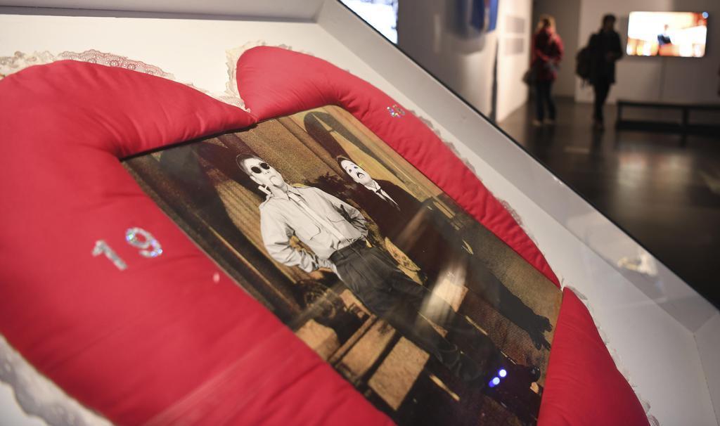 5日、ウィーンの芸術展「ジャパン・アンリミテッド」で展示された昭和天皇を風刺した作品(共同)