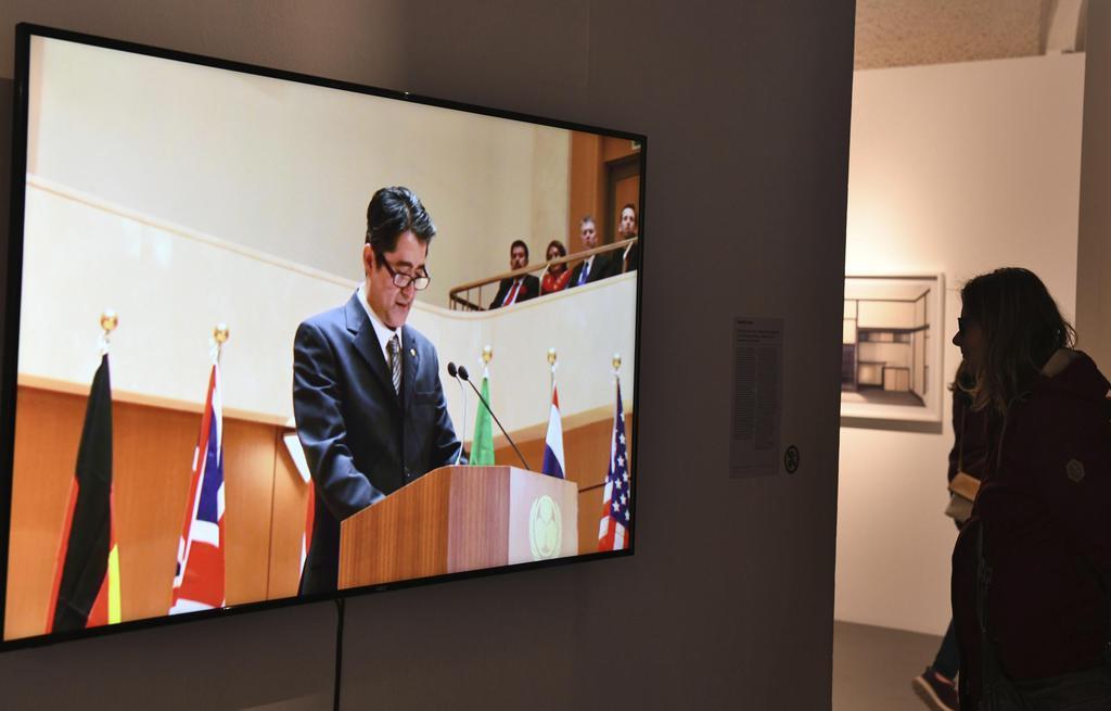 5日、ウィーンの芸術展「ジャパン・アンリミテッド」で展示された、安倍首相に扮した人物の動画作品(共同)