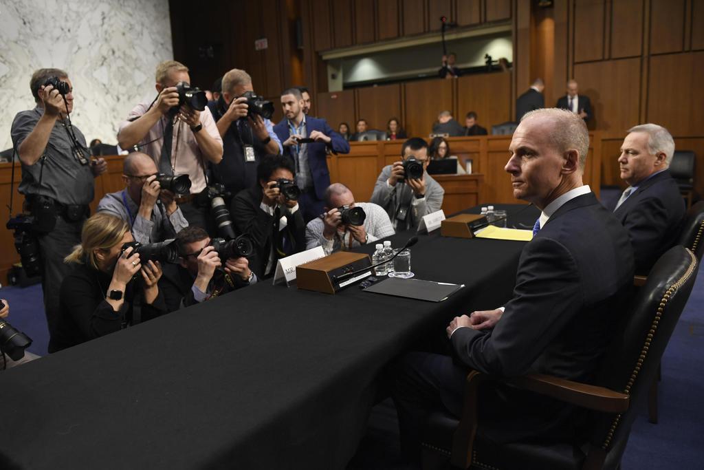 米上院公聴会の前に会見に臨むボーイングのミュイレンバーグCEO(右から2人目)=10月29日、ワシントン(AP)