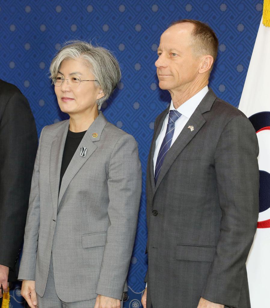 会談を前に記念撮影するスティルウェル米国務次官補(右)と韓国の康京和外相=6日、ソウル(聯合=共同)