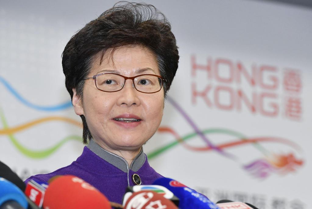 記者団の取材に応じる香港政府トップの林鄭月娥行政長官=6日、北京(共同)