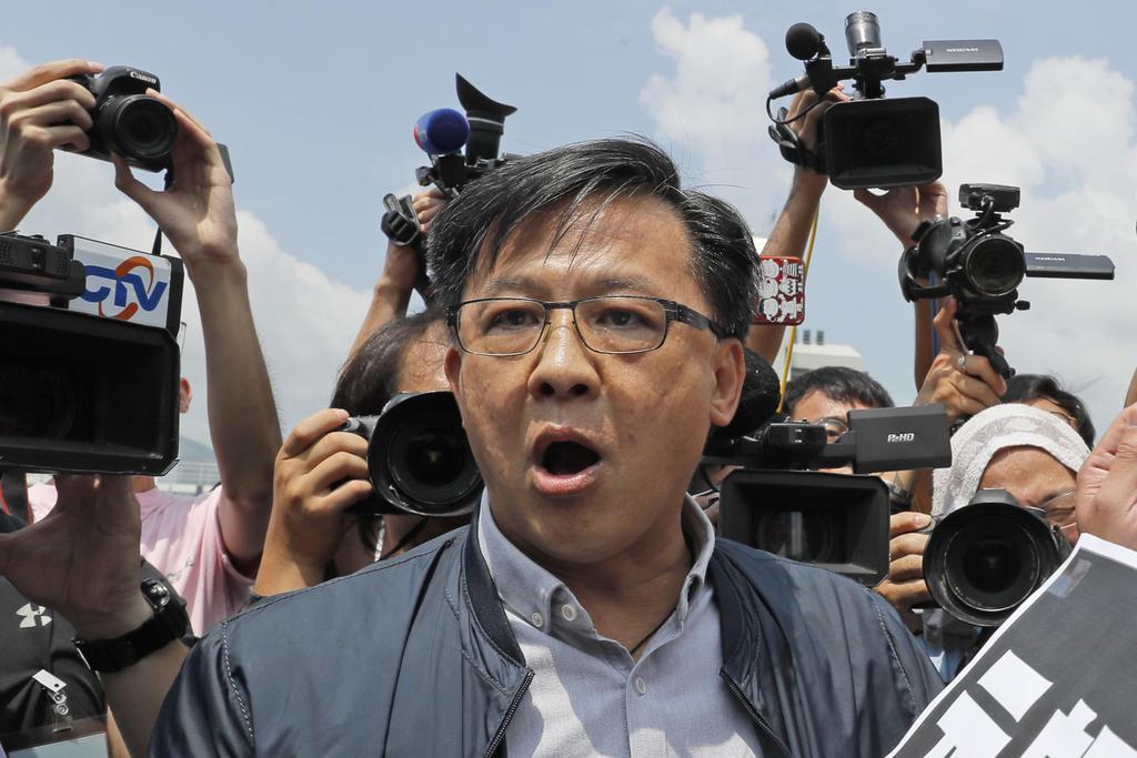 香港で、抗議デモへの反対活動に参加した何君尭議員=8月12日(AP)
