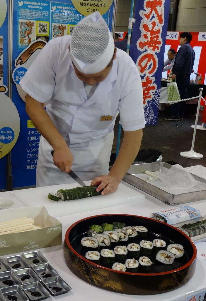 焼いたクロダイを広島菜などで巻いた新しいご当地グルメ=広島市西区