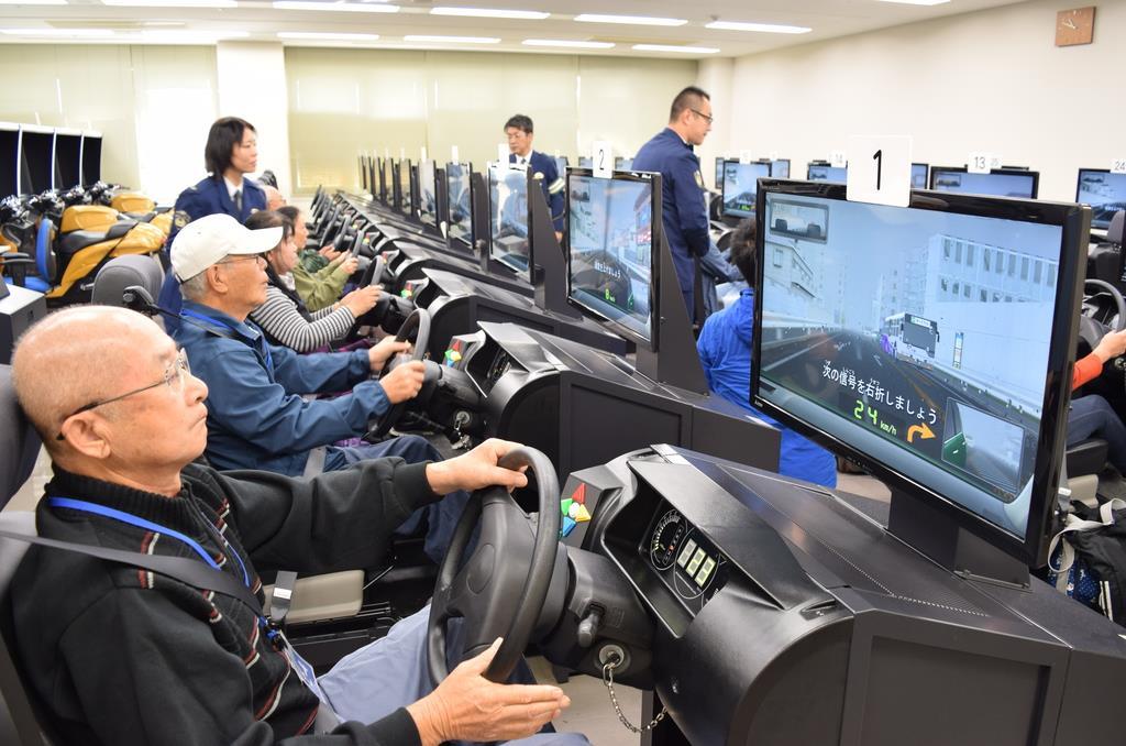 運転シミュレーターで注意点を学ぶ参加者ら=大阪府門真市の門真運転免許試験場