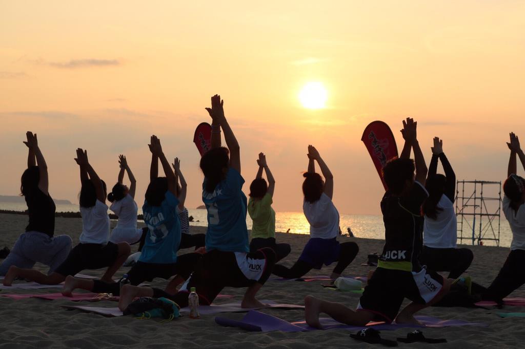 鳥取の海岸で行われたビーチヨガ(すなばスポーツ提供)