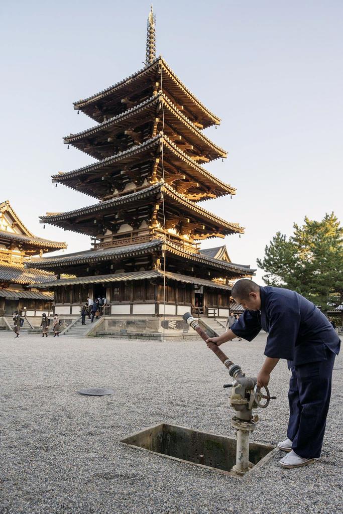 法隆寺五重塔の前に設置されている地下式銃型消火栓=奈良市