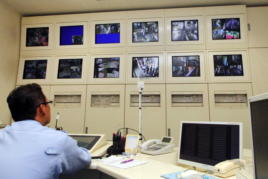 城内に設置されたカメラの映像を24時間チェックしている姫路城の防災管理室=兵庫県姫路市