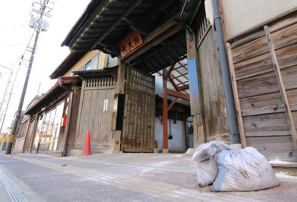 浸水被害に遭った大天狗酒造。入り口には今も土のうが=福島県本宮市(芹沢伸生撮影)