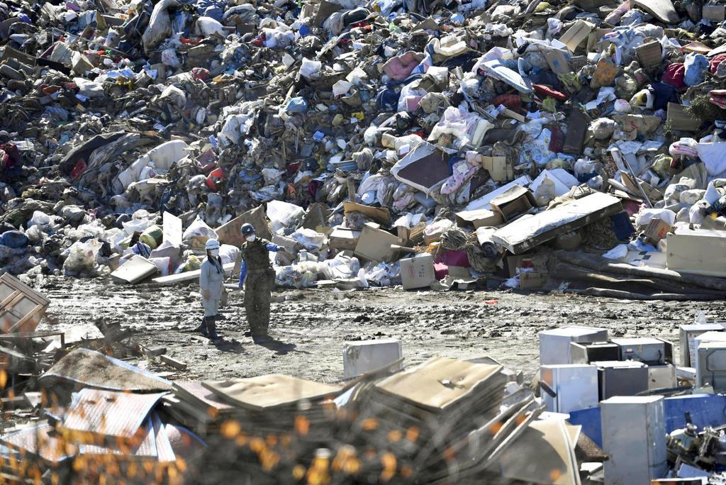 山積みになった台風19号による災害ごみ=10月28日、宮城県丸森町