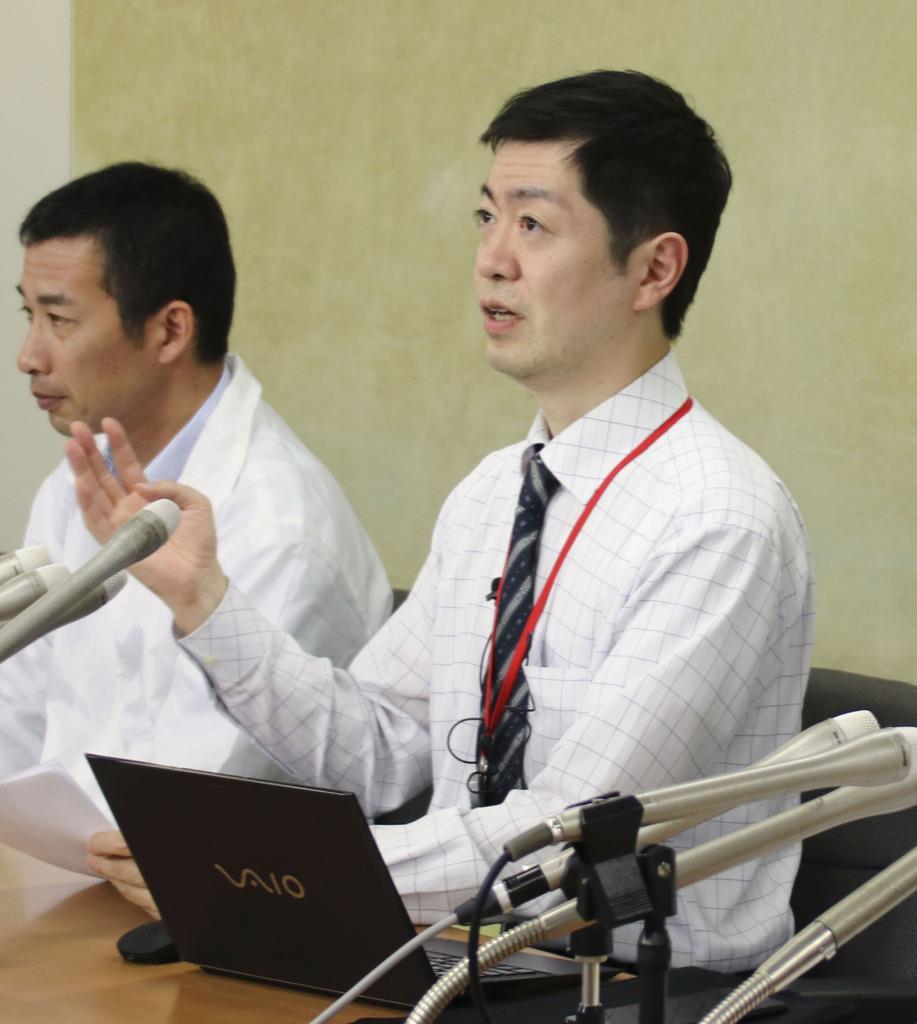 記者会見する労働組合の加藤正樹執行委員長(右)=7日、東京都千代田区