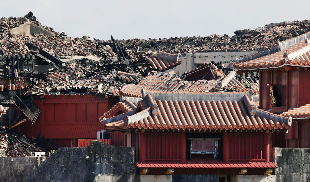 実況見分が進む首里城。黒く焦げた屋根が見える=6日午後、那覇市