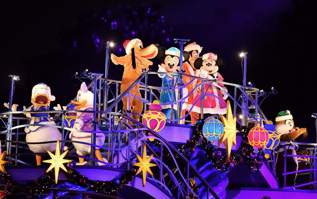 【東京ディズニーリゾートでクリスマス】「カラー・オブ・クリスマス」の公演で登場したミッキーマウスたち=7日、千葉県浦安市の東京ディズニーシー(宮崎瑞穂撮影)