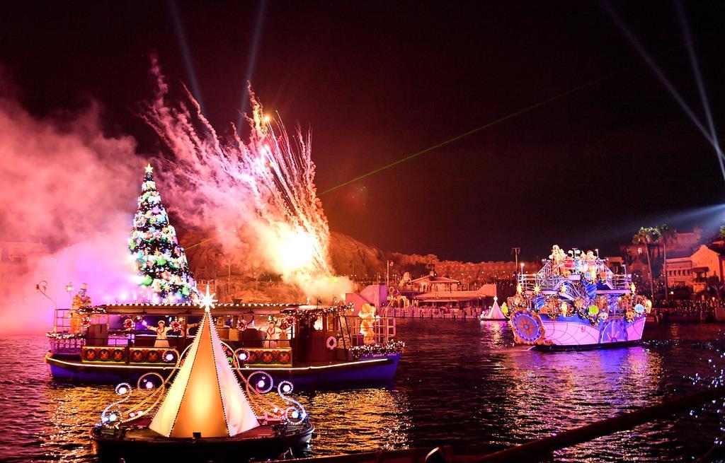 【東京ディズニーリゾートでクリスマス】「カラー・オブ・クリスマス」の公演で登場したミッキーマウスたち=7日午後、千葉県浦安市の東京ディズニーシー(宮崎瑞穂撮影)
