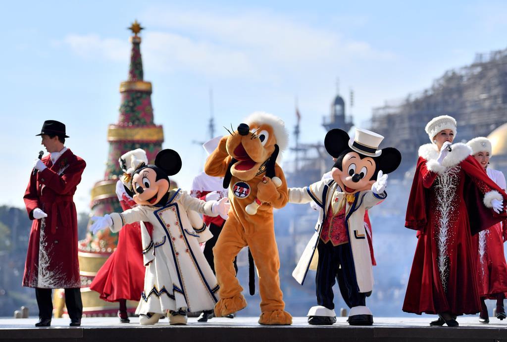 【東京ディズニーリゾートでクリスマス】「イッツ・クリスマスタイム!」のショーを披露するミッキーマウスたち=7日午後、千葉県浦安市の東京ディズニーシー(宮崎瑞穂撮影)