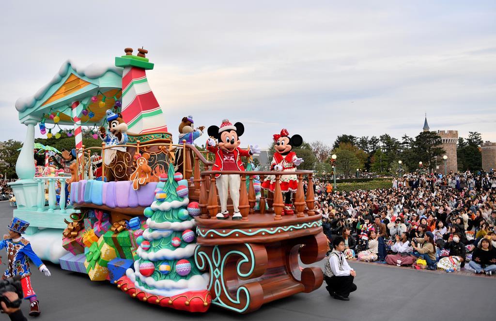 【東京ディズニーリゾートでクリスマス】クリスマスのパレード「ディズニー・クリスマス・ストーリーズ」で登場したミッキーマウスたち=7日、千葉県浦安市の東京ディズニーランド(宮崎瑞穂撮影)