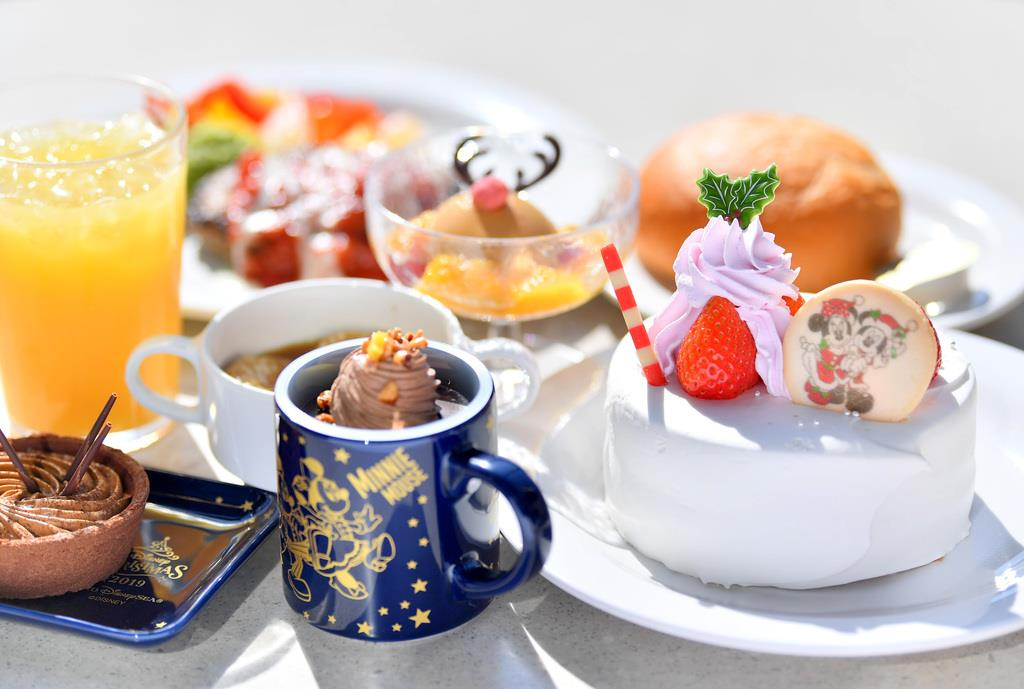 クリスマスのスペシャルメニュー「セレクトファイブ」やクリスマスケーキ=7日、千葉県浦安市の東京ディズニーシー(宮崎瑞穂撮影)