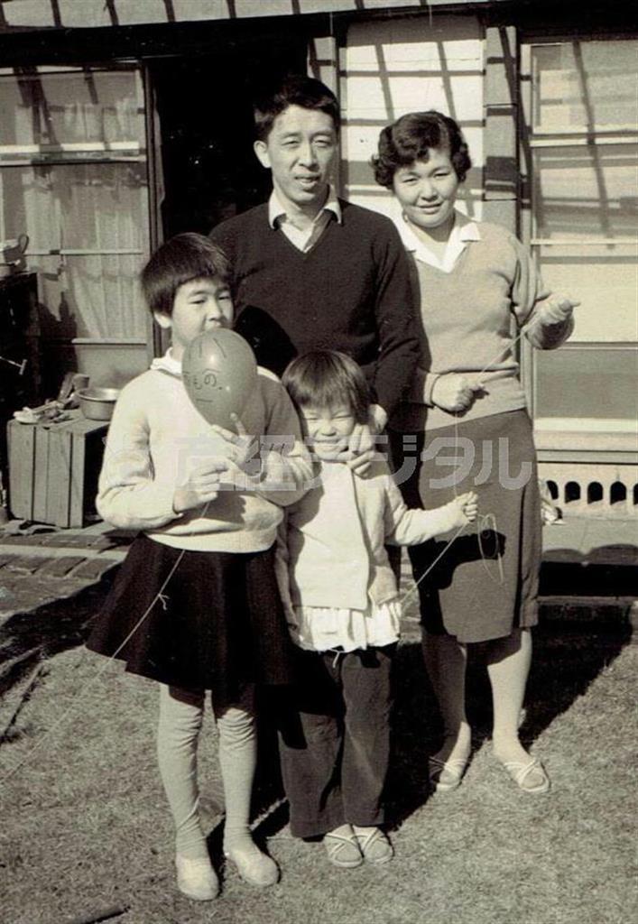 東京都の実家で撮影された阪田寛夫氏の家族写真。朝日放送で「海道東征」の公演を企画していた頃という(左端が内藤啓子さん=提供)