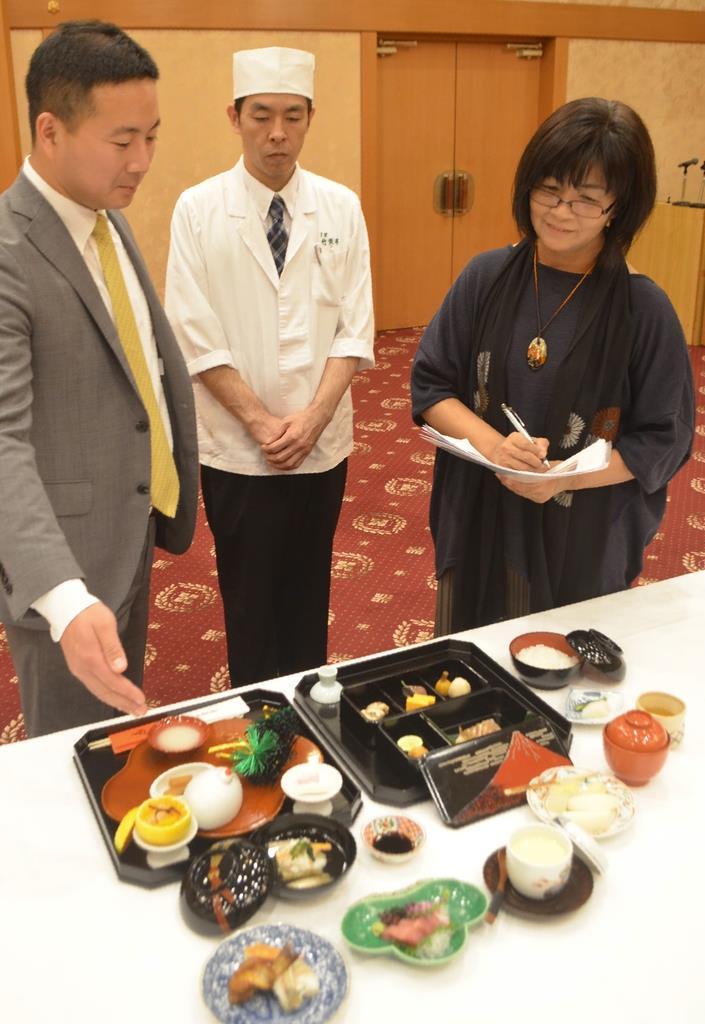 再現された料理を監修する車浮代さん(右端)=西宮市の西宮神社
