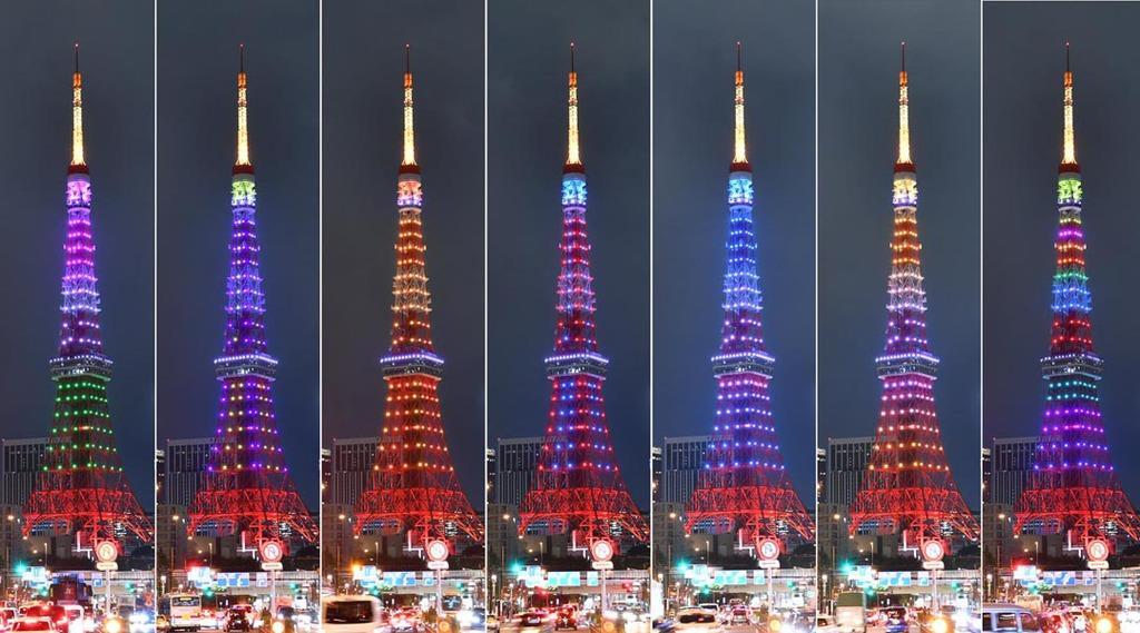 東京タワーの新ライトアップが始まるのに合わせて行われた初日限定の「お披露目ライトアップ」=7日午後、東京都港区(鴨川一也撮影)