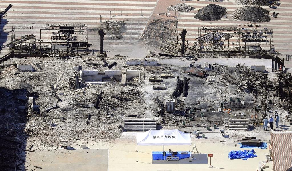 火災で全焼した首里城の正殿。奥の左右には焼け残った龍柱が見える。支援の輪が広がり民間からの寄付が相次ぐ=6日午後、那覇市(共同通信社機から)