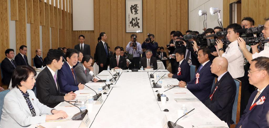 経済財政諮問会議で発言する安倍晋三首相(左手前から3人目)=7日午後、首相官邸(春名中撮影)