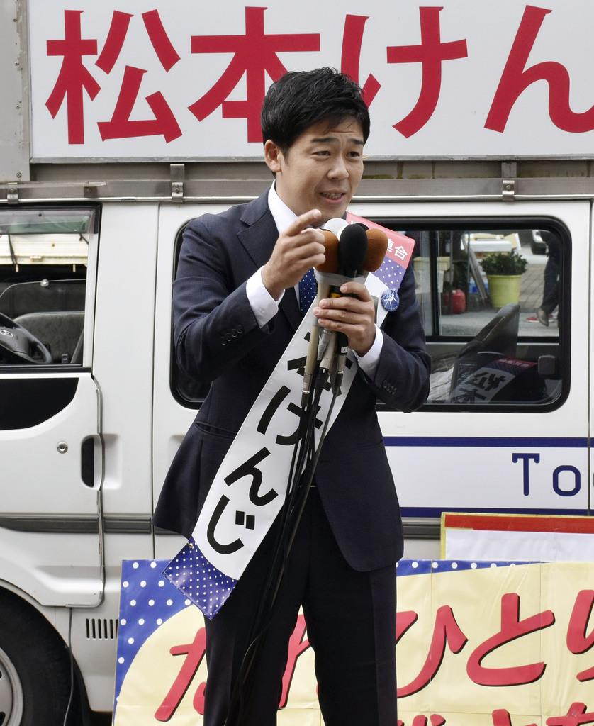 高知県知事選に立候補し、街頭演説する松本顕治氏=7日、高知市