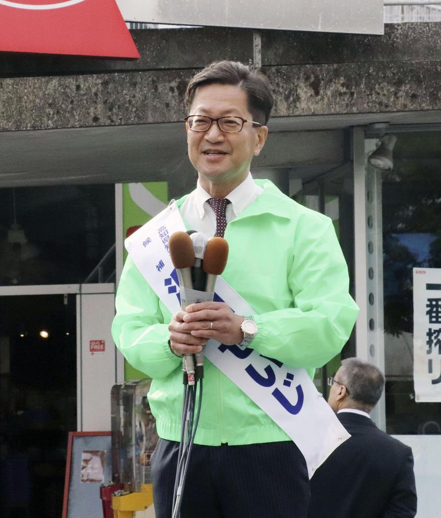 高知県知事選に立候補し、街頭演説する浜田省司氏=7日、高知市