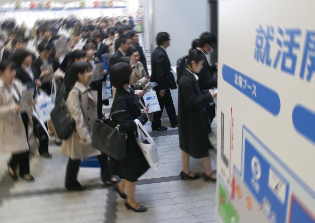 就活イベントの会場に入る学生=3月、大阪市住之江区