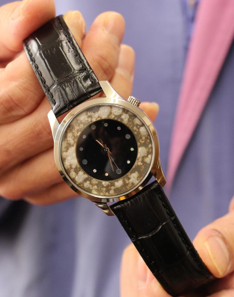 釉薬を散らして模様にした越前焼の装飾が特徴の腕時計「匠の刻」=10月、福井県越前町