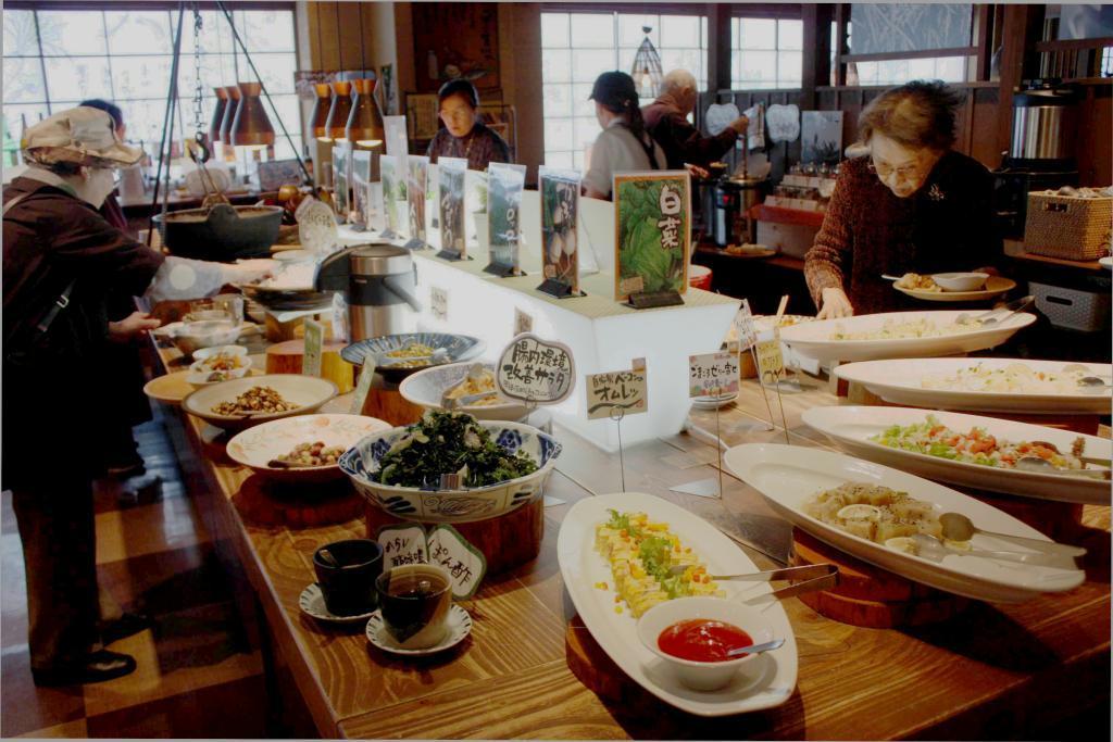野菜をふんだんに使った料理が並ぶ「野の葡萄」イムズ店