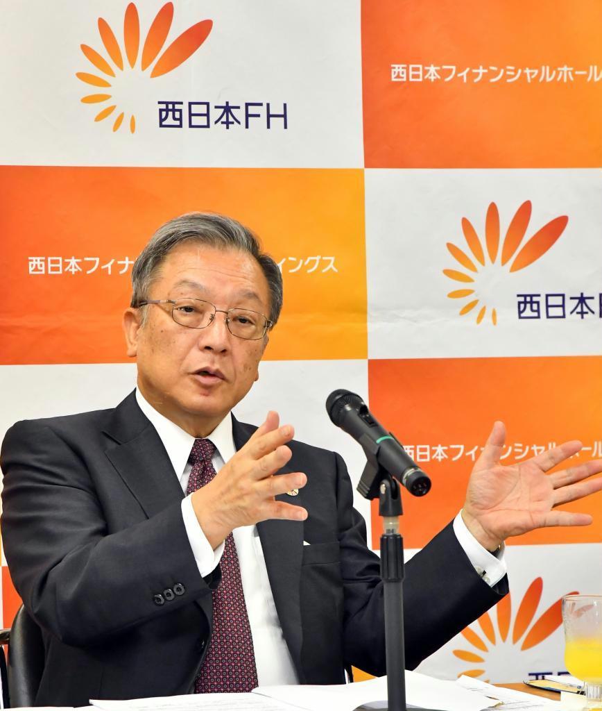 中間決算を説明する西日本フィナンシャルホールディングスの谷川浩道社長