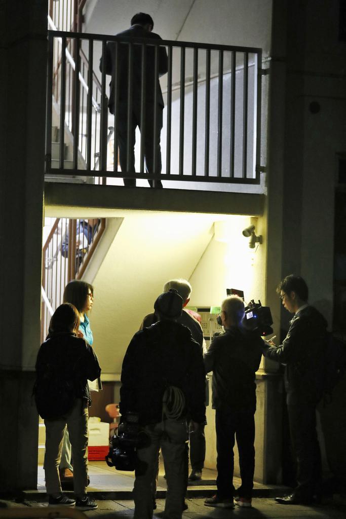逮捕された常慶雅則、藍両容疑者の自宅の集合住宅に集まった報道陣ら=6日午後8時14分、福岡県田川市