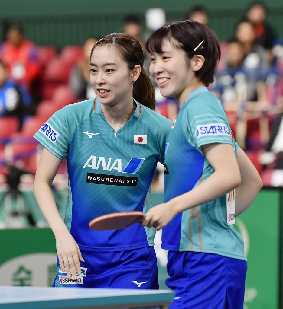 米国戦の1試合目で勝利し、笑顔を見せる石川(左)、平野組=6日、東京体育館