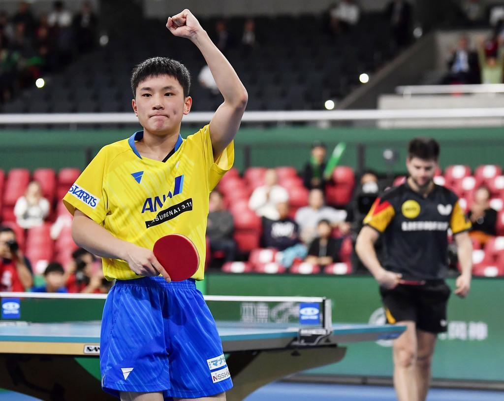 卓球ワールドカップ団体戦男子準々決勝、ドイツ戦の2戦目に勝利し、ガッツポーズで喜ぶ張本智和=7日、東京体育館