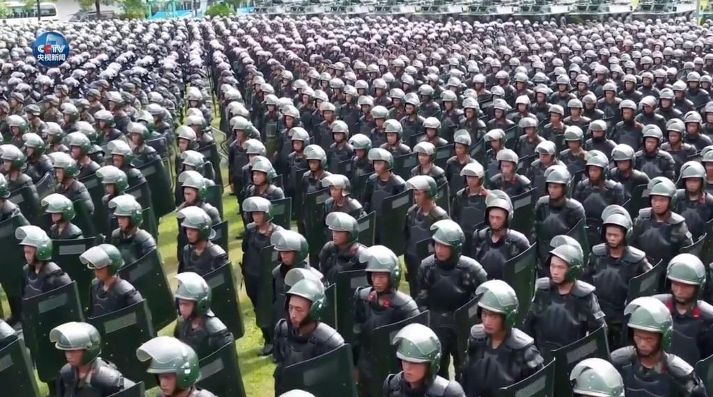 中国の短文投稿サイト「微博」の中国中央テレビ公式アカウントに投稿された、広東省深●(=土へんに川)で武装警察がデモ鎮圧訓練をする映像の一場面(共同)