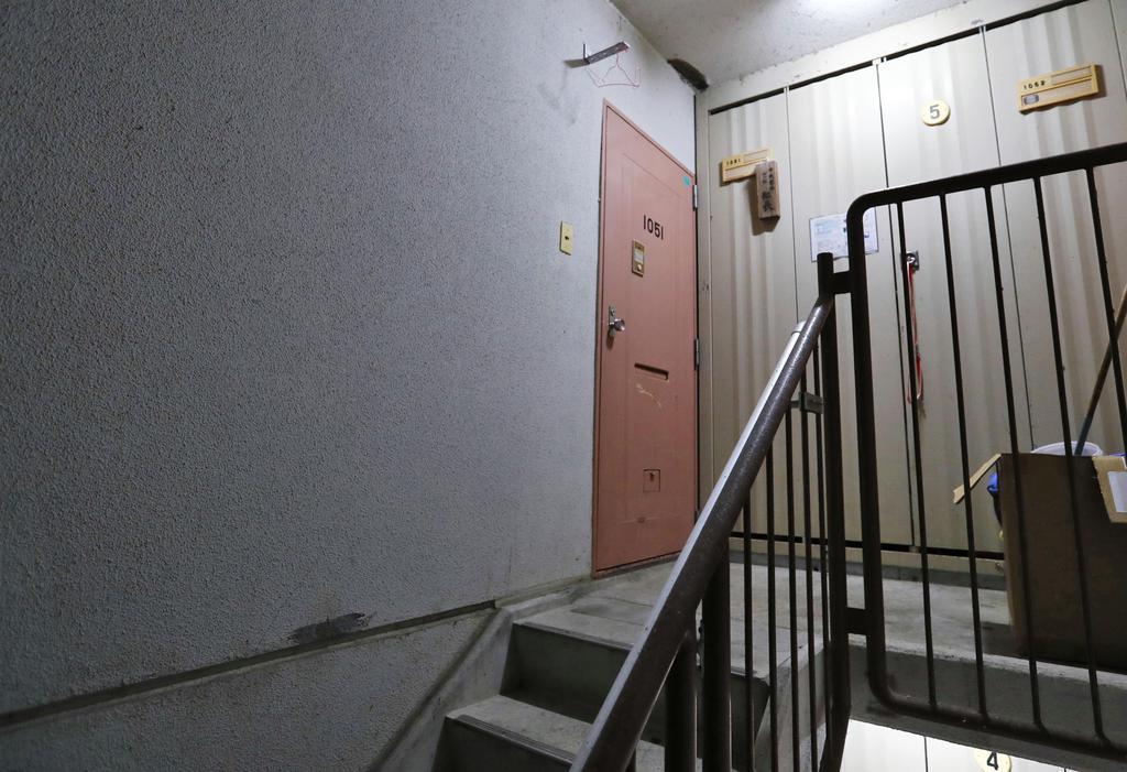逮捕された常慶雅則、藍両容疑者の自宅=6日午後8時22分、福岡県田川市