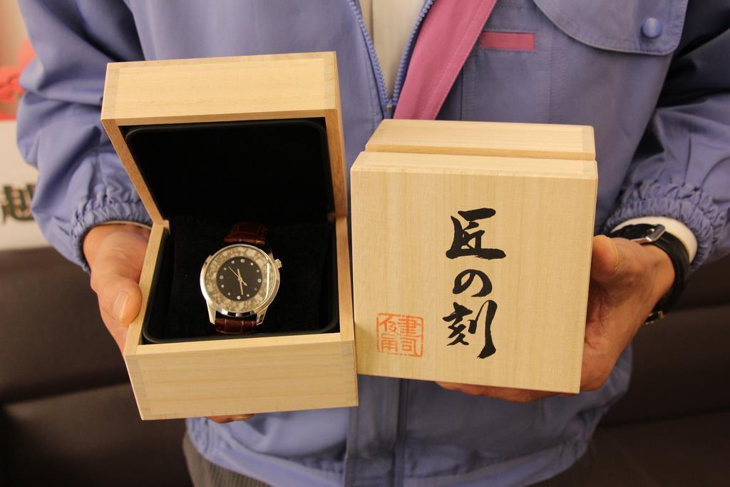 越前焼工業協同組合がGCFで資金を集め開発した腕時計「匠の刻」=10月、福井県越前町