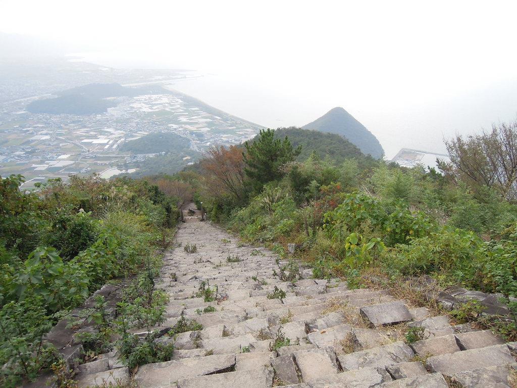 石段からの眺め=10月30日午後、香川県観音寺市