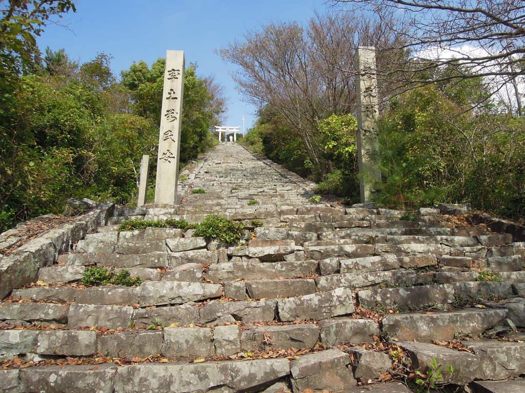 麓から歩いて約50分。ようやく「天空の鳥居」(奥)が見えた=10月30日午後、香川県観音寺市