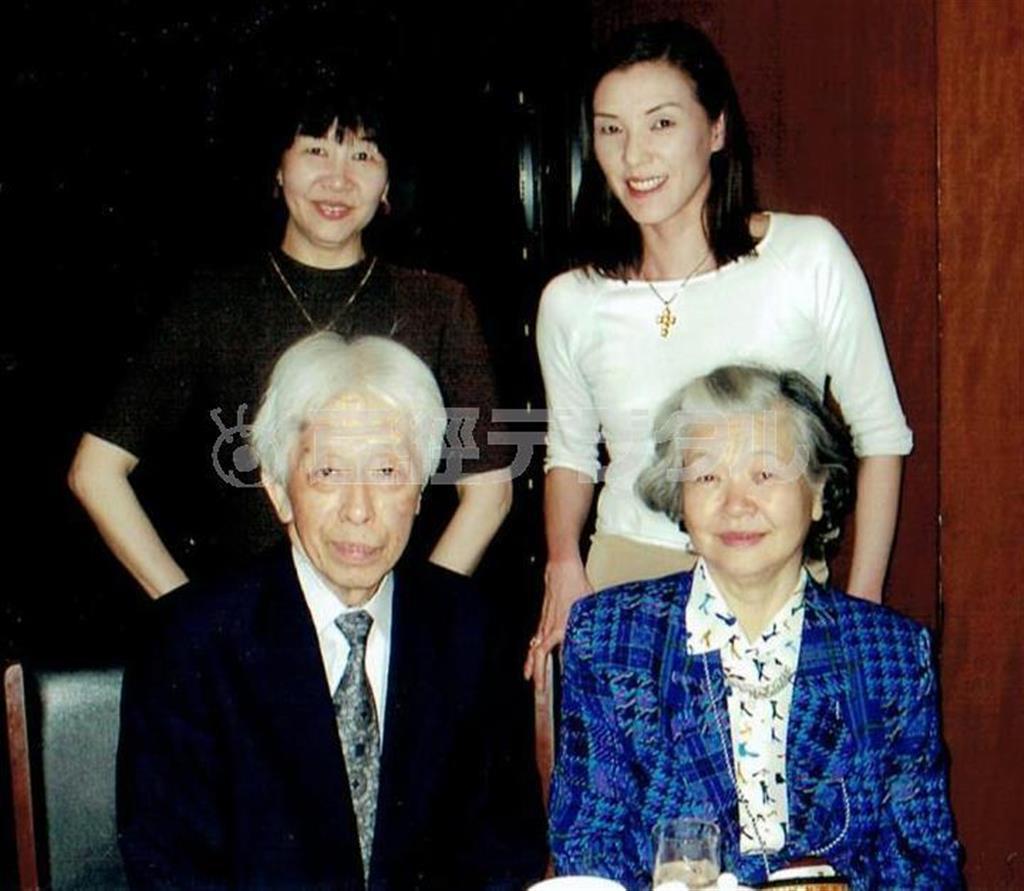 平成13(2001)年頃に撮影された阪田寛夫氏晩年の家族写真。内藤さん(後列左)と妹の大浦みずきさん(同右)も笑顔を見せる (内藤啓子さん提供)